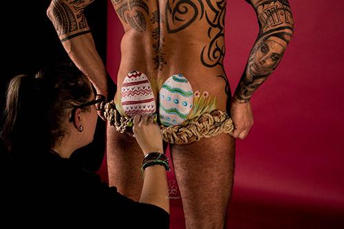 Fotoshooting Ostern Männerkörper Ostereier