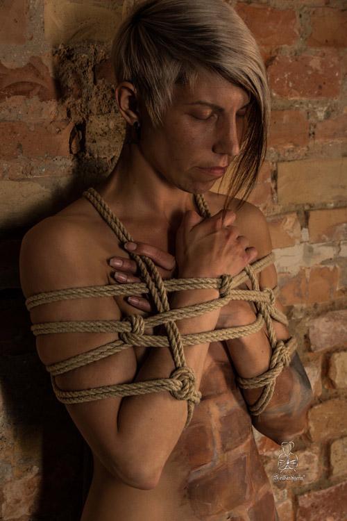 Körper, Seile und Farbe verschmelzen zu einer Einheit
