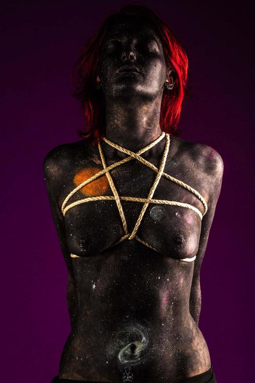 Farben der Dunkelheit auf einem Fraunkörper - Fotoshooting