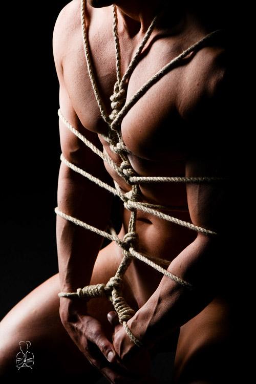 Rope Bondage stilvoll in Szene gesetzt