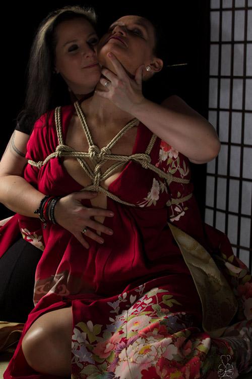 Fotoshooting mit Fraun in Seilen sowie Kimonos