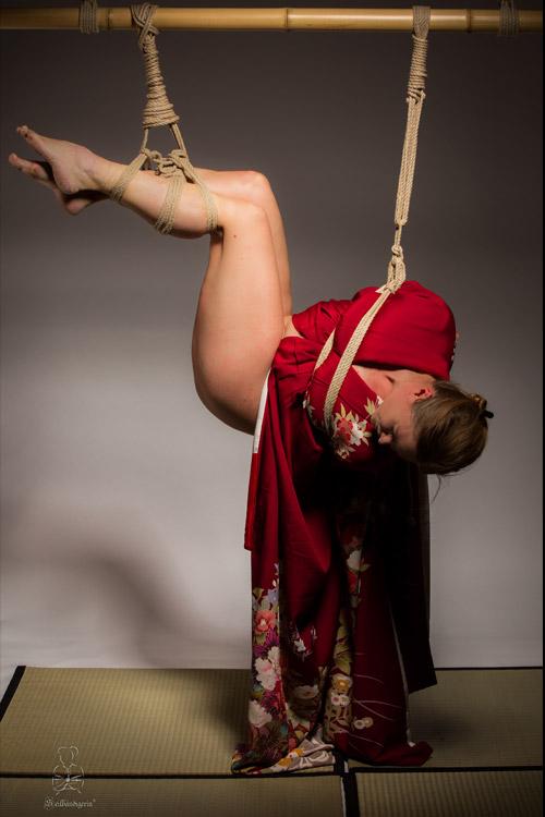 Bondagefoto, Hängebondage, Frau hängend in Seilen