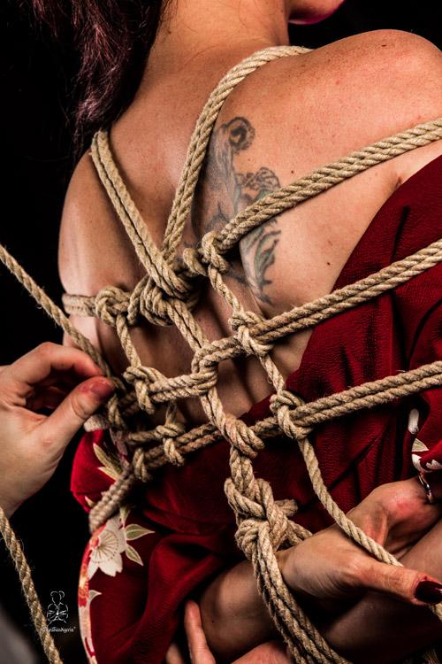 Fesseln mit Seil und verschiedenen Knotentechniken