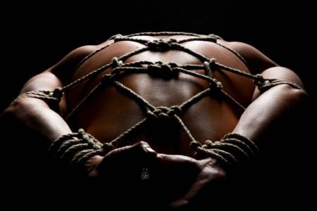 Fotos vom Männer Bondage - Mann mit Seilen fesseln