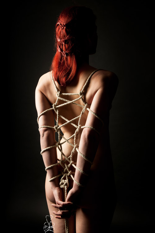 Bondagefotos mit Frauen, mit Seilen fesseln