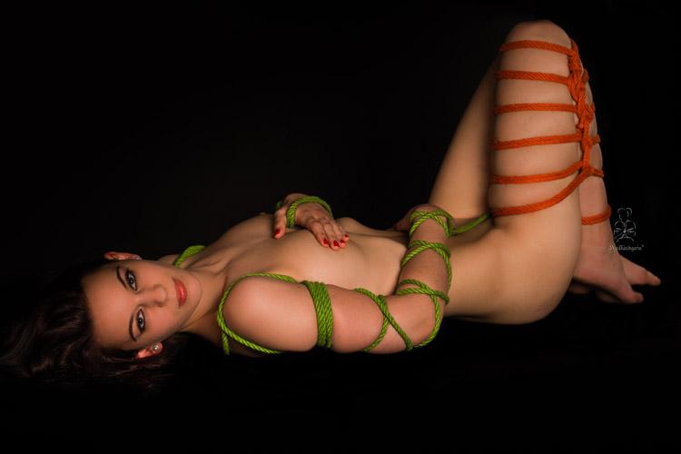 sinnlich der Körper von Frauen mit bunten Seilen fesseln